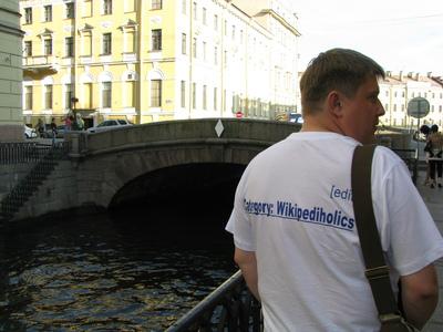 한 남성이 '위키백과 중독'이란 글귀가 쓰인 티셔츠를 입고 있다. 지식정보를 찾고 모으고 검증하고 편집하는 일은 때때로 위키백과 편집 참여자들을 위키 편집에 집착하게 만드는 매력적인 일이다. 위키미디어 코먼스